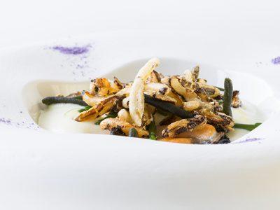 Chef Felice Lo Basso. Cozze Nieddittas, spuma di patate, alghe e riso soffiato.