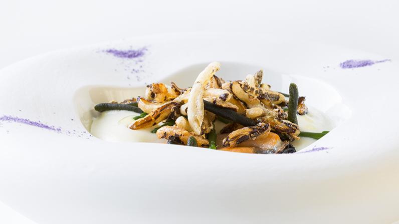 Cozze Nieddittas, spuma di patate, alghe e riso soffiato