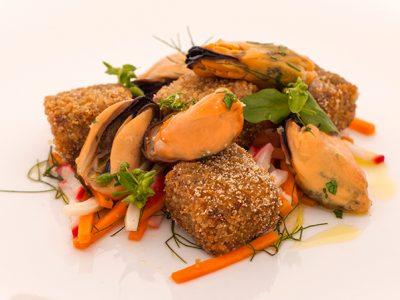 Chef Roberto Petza. Terrina di maialino croccante e cozze Nieddittas.