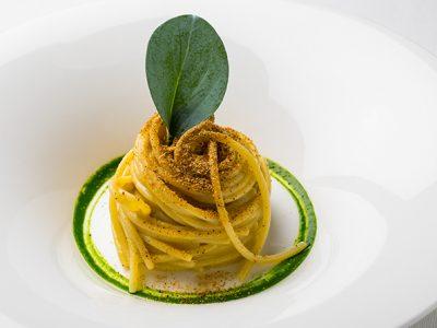 Chef Roy Caceres. Spaghetti, polvere di cozze e profumo di mare.